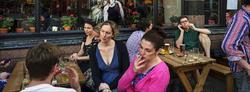 Un grupo de personas charlan en una terraza | Corbis
