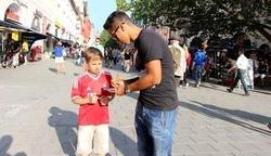 Thiago Alcántara firma un autógrafo a un niño en Múnich.   Foto: Twitter