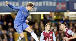 Fernando Torres marca en el partido ante el Aston Villa. | EFE