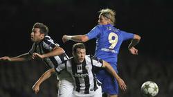 Fernando Torres pelea por un balón en el Chelsea-Juventus. | EFE