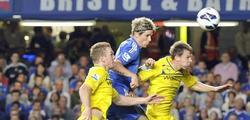 Torres (c) remata de cabeza ante la oposición de Alex Pearce (i) y Chris Gunter. | EFE