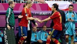 Fernando Torres (i) entra al campo en sustitución de Cesc Fábregas. | EFE