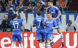 Fernando Torres es felicitado por su primer gol al Schalke 04. | EFE