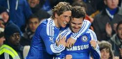 Juan Mata (d) celebra un gol con Fernando Torres. | EFE