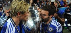 Torres y Mata besan la Champions. | EFE