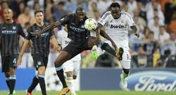 Touré Yaya lucha por un balón con Essien.   Cordon Press / The Times