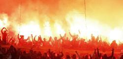 Radicales turcos encienden bengalas en el Real Madrid-Galatasaray. | EFE/Archivo