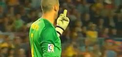Valdés hace una peineta a Piqué.