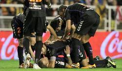 Patrick Ebert (debajo) es felicitado por su golazo al Rayo Vallecano. | EFE
