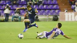 Portillo (i) se lleva el balón ante Peña. | Cordon Press