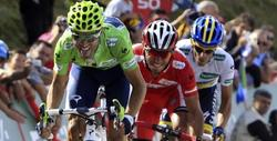 Valverde, Purito y Contador, en la subida a los Lagos.   EFE