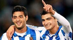 Carlos Vela celebra junto al Chori Castro uno de sus dos goles al Rayo.   EFE