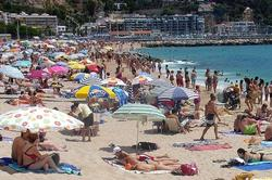 La playa de Fuengirola (Málaga) atestada de gente.