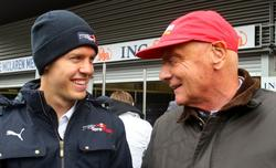 Sebastian Vettel (i) conversa con Niki Lauda. | Archivo
