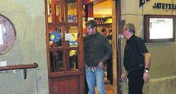 Sebastian Vettel, a la salida de un restaurante en San Sebastián. | Foto: Twitter