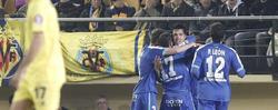 Los jugadores del Getafe abrazan a Diego Castro. | EFE