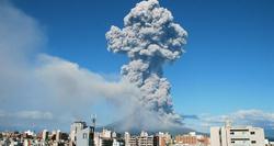 El volcán Sakurajima visto desde la ciudad de Kagoshima | EFE