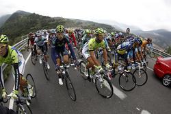 Los ciclistas sufrieron las incklemencias del tiempo en la decimocuarta etapa de la Vuelta a España.    EFE