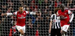 Theo Walcott (i) celebra uno de sus tres goles al Newcastle. | Cordon Press