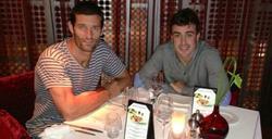 Fernando Alonso, cenando con Mark Webber en Dubai. | Foto: Twitter