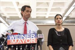 Anthony Weiner y su esposa, Huma Abedin | Efe