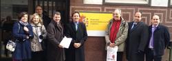 Representantes de las asociaciones en la puerta del Ministerio de Educación