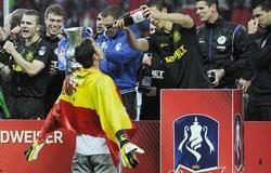 Joel, uno de los españoles del Wigan, celebra el título con sus compañeros.   EFE