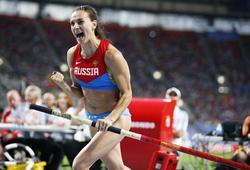 Yelena Isinbayeva celebra su oro en Moscú. | EFE