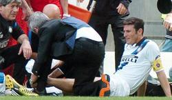 Javier Zanetti se lesiona durante el partido Palermo-Inter.   EFE