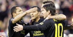 Los jugadores del Barcelona celebran uno de los tantos. | EFE