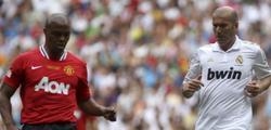 Zinedine Zidane (d) pugna por el balón con Quinton Fortune. | EFE