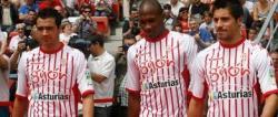 Jugadores del Sporting lucen las camisetas en cuestión. | Archivo.