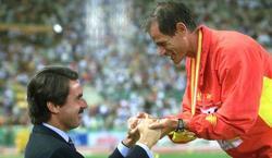 Abel Antón recibe la felicitación de José María Aznar, entonces Presidente del Gobierno, tras el oro en el Mundial de 1999.   Efe