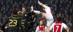 Los jugadores de Ajax y Real Madrid disputan un balón durante en encuentro.   EFE