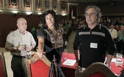 El poeta Javier Lostalé; la escritora Almudena Grandes y el profesor y promotor del manifiesto, Miguel Ángel Sánchez del Valle. | EFE