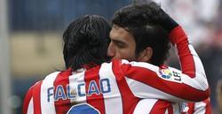 Arda Turan felicita a Falcao tras su primer gol. | EFE