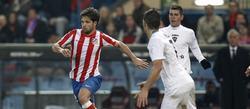 Diego trata de controlar el balón con Manzano al fondo. | EFE