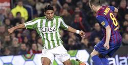 Jefferson Montero e Iniesta disputan un balón. | EFE