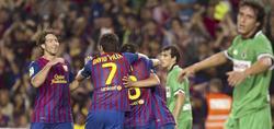 Los jugadores del Barça abrazan a Xavi, autor del segundo gol.   EFE