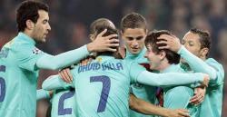 Los jugadores del Barça abrazan a un Messi de récord. | EFE