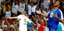 Karim Benzema (i) celebra uno de sus dos goles al Getafe. | EFE