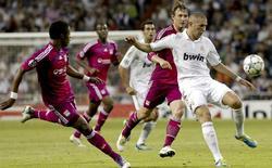Karim Benzema (d) controla el balón ante Michel Bastos (i) y Kallstrom (2d). | EFE