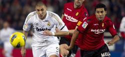 Benzema pelea un balón en Mallorca.   EFE