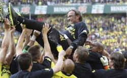 El entrenador del Borussia es manteado tras el partido. | EFE