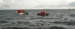 Búsqueda de cuerpos tras el naufragio. | EFE