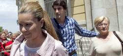 Campanario sale del juzgado con Jesulín y su madre. | EFE