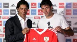 Joan Capdevila (d), junto a Rui Costa en su presentación con el Benfica. |  EFE