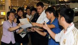 Iker Casillas firma autógrafos en el aeropuerto de Guangzhou. | Realmadrid.com