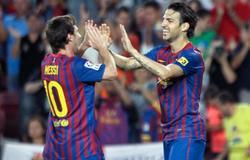 Cesc y Messi se saludan tras un gol. | EFE