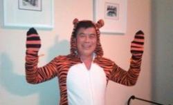 El peculiar congresista disfrazo de tigre.